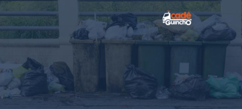 Latas cheias de lixo na rua