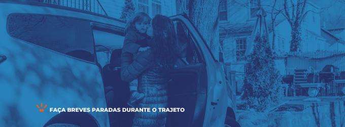 Mãe colocando criança no carro